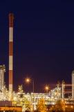 Opinión de la noche de la planta petroquímica de la refinería fotos de archivo libres de regalías