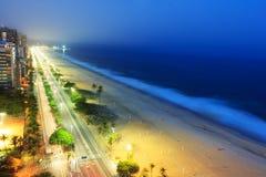 Opinión de la noche de la playa de Ipanema después de la puesta del sol, con niebla del mar imagen de archivo libre de regalías
