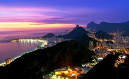 Opinión de la noche de la playa y de Botafogo de Copacabana en Río fotos de archivo