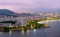 Opinión de la noche de la playa y del districto de Flamengo en Río d imágenes de archivo libres de regalías