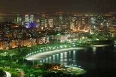 Opinión de la noche de la playa y del distrito de Flamengo en Río de Janeiro fotos de archivo