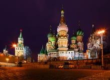 Opinión de la noche de la Plaza Roja de Moscú, templo de la albahaca del St y torre de Spasskaya de Kremlin Imagenes de archivo
