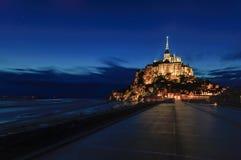 Opinión de la noche de la señal del monasterio y de la bahía del Saint Michel de Mont. Normandía, Francia Imagen de archivo