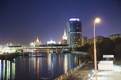 Opinión de la noche de la torre 2000, ciudad internacional del centro de negocio de Moscú Rusia Foto de archivo libre de regalías