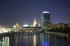 Opinión de la noche de la torre 2000, ciudad internacional del centro de negocio de Moscú Rusia Foto de archivo