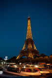 Opinión de la noche de la torre Eiffel imágenes de archivo libres de regalías