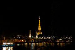 Opinión de la noche de la torre Eiffel Foto de archivo libre de regalías