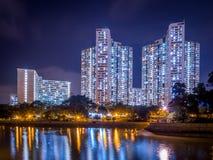 Opinión de la noche de la vivienda de protección oficial en Hong Kong fotografía de archivo libre de regalías