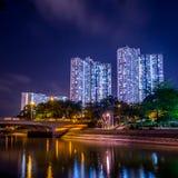Opinión de la noche de la vivienda de protección oficial en Hong Kong foto de archivo