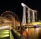 Opinión de la noche de las arenas de la bahía del puerto deportivo en Singapur Fotos de archivo