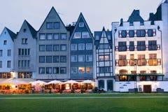 Opinión de la noche de las casas del terraplén de Colonia foto de archivo libre de regalías
