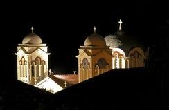 Opinión de la noche de las torres de iglesia fotografía de archivo libre de regalías