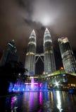 Opinión de la noche de las torres gemelas de Petonas en Malasia imágenes de archivo libres de regalías