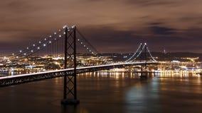 Opinión de la noche de Lisboa y 25ta de April Bridge Imagen de archivo libre de regalías