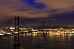 Opinión de la noche de Lisboa y 25ta de April Bridge Imagen de archivo