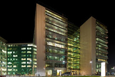 Opinión de la noche de los edificios de oficinas Imagenes de archivo