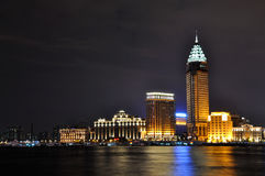 Opinión de la noche de los edificios del asunto en la Federación de Shangai Foto de archivo