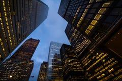 Opinión de la noche de los rascacielos de la ciudad de Toronto; mire para arriba Imágenes de archivo libres de regalías