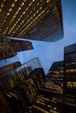 Opinión de la noche de los rascacielos de la ciudad de Toronto; mire para arriba Imagenes de archivo