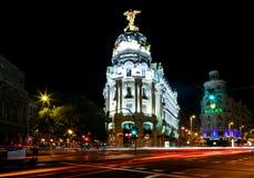 Opinión de la noche de Madrid con el edificio de la metrópoli Fotografía de archivo libre de regalías