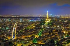 Opinión de la noche de París de la torre Eiffel de la torre de Montparnasse en twiligh Fotografía de archivo libre de regalías