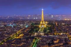 Opinión de la noche de París de la torre Eiffel de la torre de Montparnasse en twiligh Imagen de archivo libre de regalías