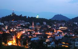 Opinión de la noche de Plovdiv viejo, Bulgaria, Balcanes fotografía de archivo