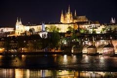Opinión de la noche de Praga, brid del castillo y de Charles de Praga del graduado de Pragsky Foto de archivo libre de regalías