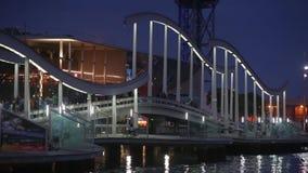 Opinión de la noche de Rambla de marcha, diseño moderno de la pasarela en el puerto de Barcelona metrajes