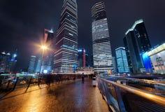 Opinión de la noche de rascacielos en avenida del siglo en Shangai Fotos de archivo libres de regalías