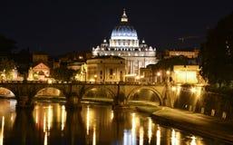 Opinión de la noche de Roma con San Pedro en el fondo Fotografía de archivo libre de regalías