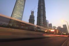Opinión de la noche de Shangai del tráfico Fotos de archivo libres de regalías