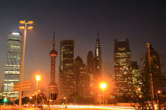 Opinión de la noche de Shangai del tráfico Imagenes de archivo