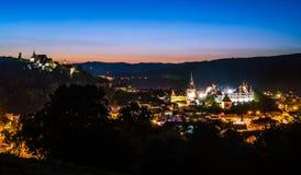 Opinión de la noche de Sighisoara, Rumania después de la puesta del sol Imagen de archivo libre de regalías