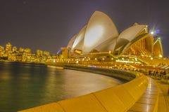 Opinión de la noche de Sydney Skyline y del teatro de la ópera Imágenes de archivo libres de regalías