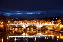 Opinión de la noche de Tíber y del puente Vittorio Emanuelle II roma Foto de archivo libre de regalías