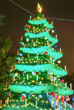 Opinión de la noche de un árbol de navidad hecho de los bloques de Lego Imagen de archivo