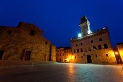 Opinión de la noche de un cuadrado central en la ciudad de Montepulchano Fotografía de archivo libre de regalías