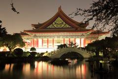 Opinión de la noche de un jardín chino fotos de archivo libres de regalías