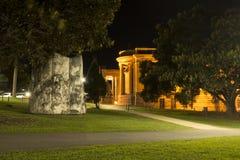 Opinión de la noche de un parque en Sydney CBD Imágenes de archivo libres de regalías