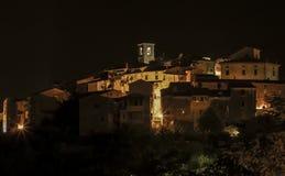 Opinión de la noche de un pueblo de Toscana de la ladera Imagenes de archivo