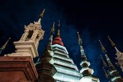 Opinión de la noche de un templo en Chiang Mai, Tailandia Foto de archivo libre de regalías