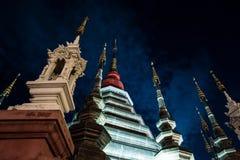 Opinión de la noche de un templo en Chiang Mai, Tailandia Imágenes de archivo libres de regalías