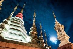 Opinión de la noche de un templo en Chiang Mai, Tailandia Fotografía de archivo libre de regalías