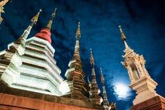 Opinión de la noche de un templo en Chiang Mai, Tailandia Imagen de archivo libre de regalías
