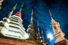 Opinión de la noche de un templo en Chiang Mai, Tailandia Foto de archivo