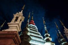 Opinión de la noche de un templo en Chiang Mai, Tailandia Imagenes de archivo