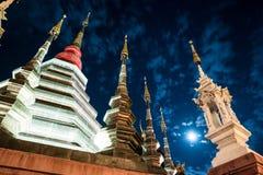 Opinión de la noche de un templo en Chiang Mai, Tailandia Fotos de archivo libres de regalías