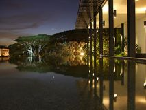 Opinión de la noche de una charca por las estructuras de madera Fotografía de archivo libre de regalías