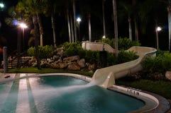 Opinión de la noche de una piscina en la Florida fotografía de archivo libre de regalías